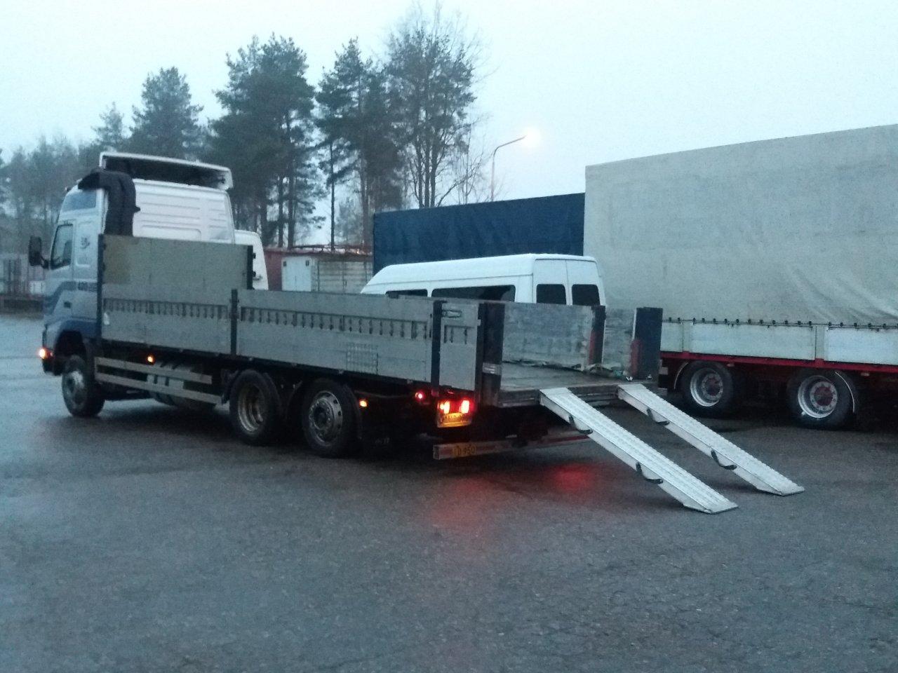 Myynnissä Volvo FH12 6x2 lowliner